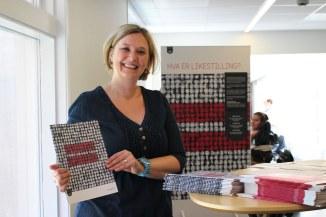 Prosjektleder Borgfrid Møen med utstillingen Likestillingslandet Norge på arbeidsplassmarkering i Rogaland fylkeskommune, 11. juni 2013. Foto Gudrun Karina Arntsen.