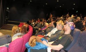 Nær fullsatt sal under visningen av Gulabi Gang i Stavanger kino