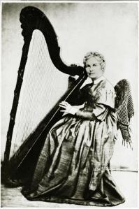 Portrettet av Johanne Marie Garmann med harpe. Foto Dorothea Arentz