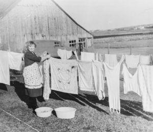 Foto fra Hå Folkebibliotek sitt arkiv. Det viser Olga Kleven f. Ueland under klesvask