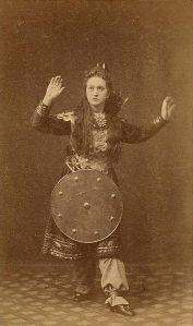 Fredrikke Nielsen i rollen som Hjørdis i Henrik Ibsens skuespill Hærmændene paa Helgeland ved Det norske Theater i Bergen, 1859. Teaterarkivet, Universitetet i Bergen.