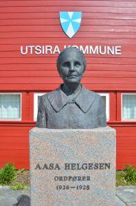 På Utsra er det reist en statue av Aasa Helgesen, landets første kvinnelige ordfører. Hvilke minnesmerker over kvinner har vi i det offentlige rom i Rogaland? Bli med og dokumenter!