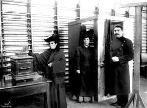 Fra stortingsvalget i 1909, muligens Drammen, Buskerud. Ved dette valget kunne kvinner fra borgerskapet og middelklassen avgi stemme for første gang. Foto: Anders Beer Wilse. Eier: Norsk Folkemuseum.