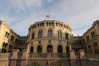 Stortingsbygningen i Oslo. Foto:Stortinget. Stortinget inviterer elever i videregående skole til å delta på Stortingets ungdomsparlament.