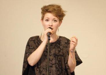 Mia Marlen Berg er en jazzsanger fra Tysvær. Foto fra Rogalyd, Sølvberget musikkbibliotek.