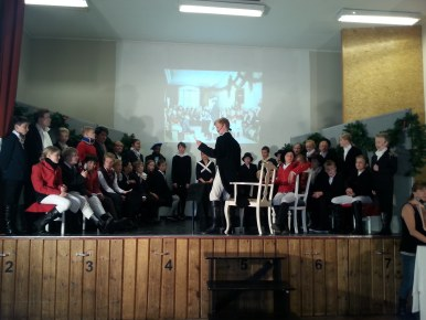Riksforsamlingen på Eidsvoll 1814, scene fra prøvene på Kvalaberg skole. Foran i midten står Jørgen som Christian Magnus Falsen