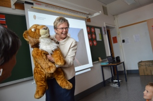 Fylkesmann Magnhiild Meltveit Kleppa hadde tatt med seg ei løve. Foto B. Møen