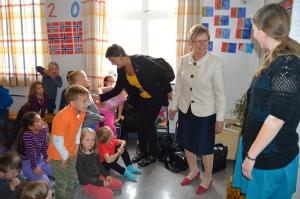 Sølvi Ona Gjul og Magnhild Meltveit Kleppa takker for sag og tar med seg og tar med seg den store løva hjem.  Foto B. Møen