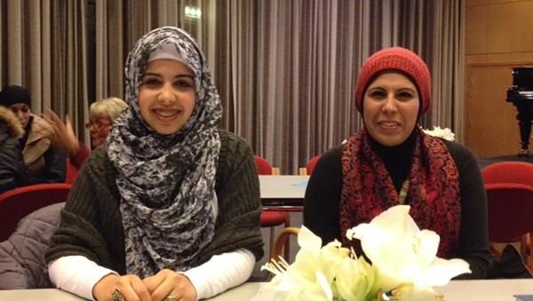 Foto hentet fra Fra NRK sin artikkel med billedtekst: GLER SEG TIL Å STEMMA: Nesma Alnajar (18, t.v.) frå Gaza gler seg til å nytta stemmeretten. Her med mora Salwa Alnajar. Foto: Marianne Terjesen / NRK
